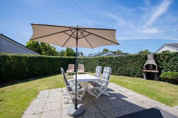 Die sonnige Terrasse mit Gartengruppe und Sonnenschirm