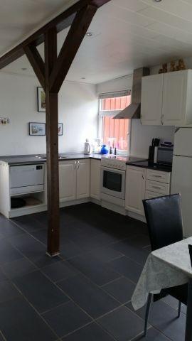 Küche mit Herd, Kühlschrank und Geschirrspüler - Fußbodenheizung