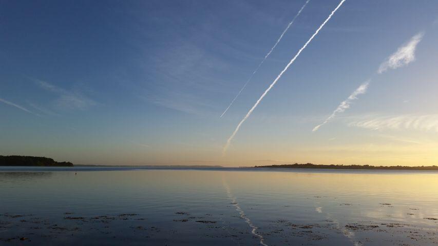 Morgenspaziergang am Strand mit schönem Sonnenaufgang