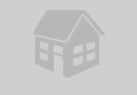 Die schöne, sonnige Terrasse mit Möbeln