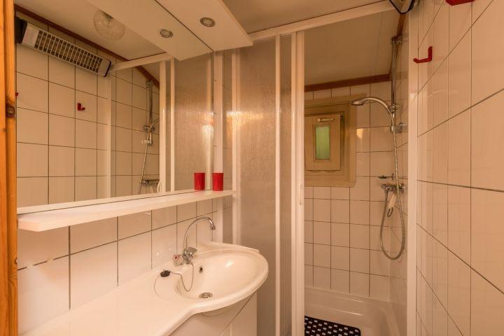 Badezimmer 2 mit Dusche und Waschbecken