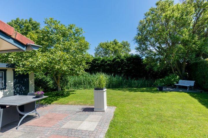 Der sonnige Garten mit Terrassen