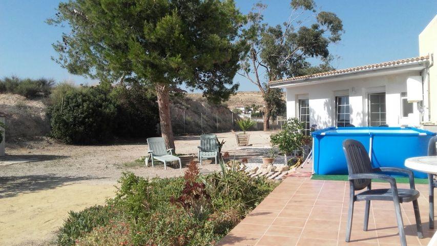 Bungalow Westansicht (Terrasse mit Pool 4,0 x 2,1 m)