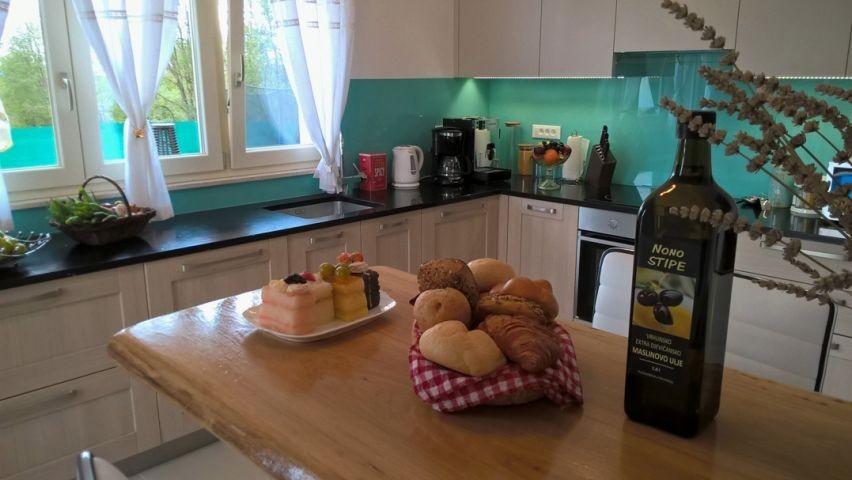 Frühstückstheke voll ausgestattete Küche
