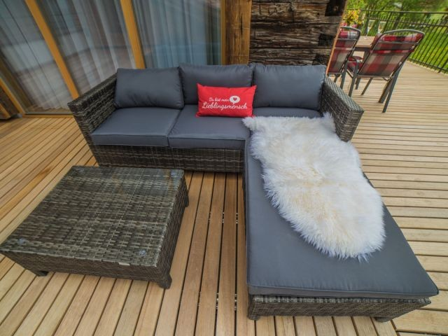 Die Lounge Möbel auf der Terrasse laden im Sommer ein
