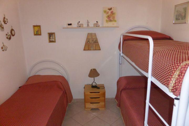 Schlafzimmer mit Etagenbett und Einzelbett
