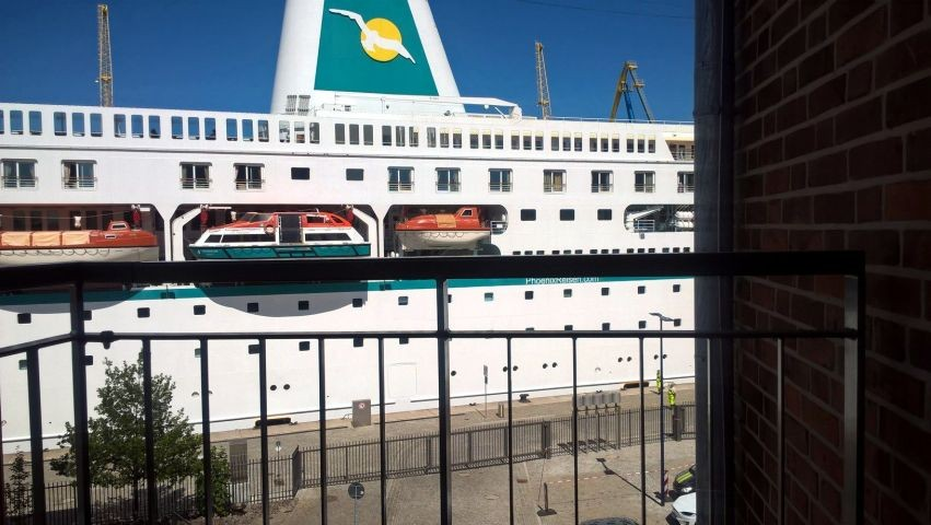 Kreuzfahrtschiff vor dem Balkon