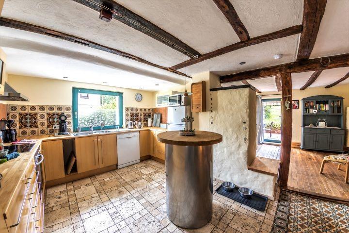 Küche mit Blick auf Teil des Esszimmers