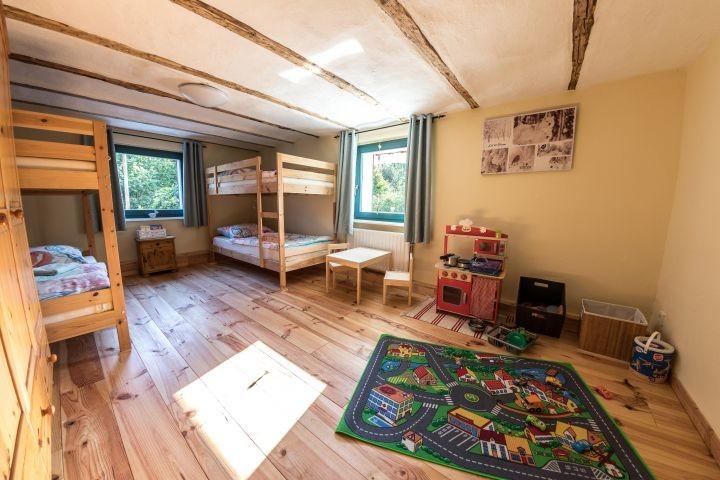 Schlafzimmer 2 mit 2 Etagenbetten und Kinderspielecke