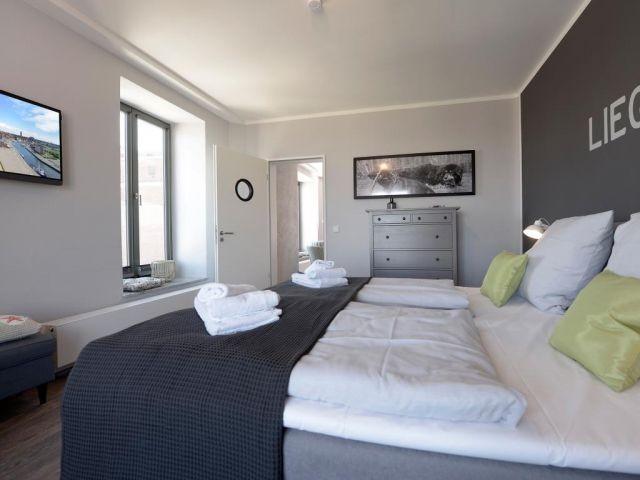 Schlafzimmer mit 2. TV und Leseecke.