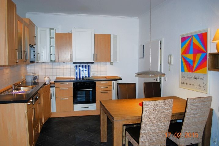 Blick vom Wohnraum zur offenen Küche.