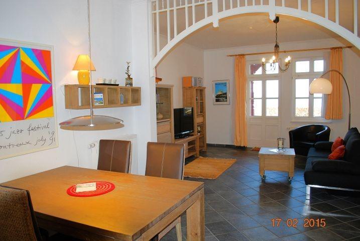 Blick von der Küche in den Wohnraum.