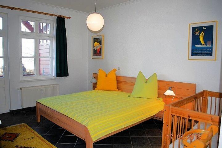 Blick auf das Doppelbett im Schlafraum.