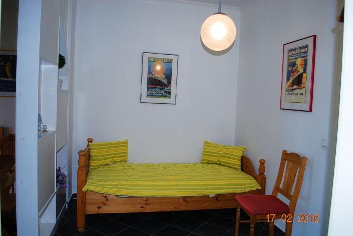 Blick auf das Einzelbett im Schlafraum.