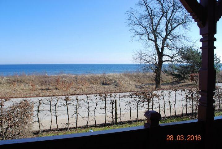 Blick vom Balkon auf die Strandpromenade und zur Ostsee.