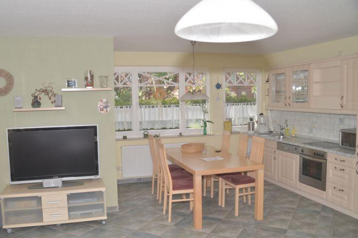 Blick in Küche mit Esstisch