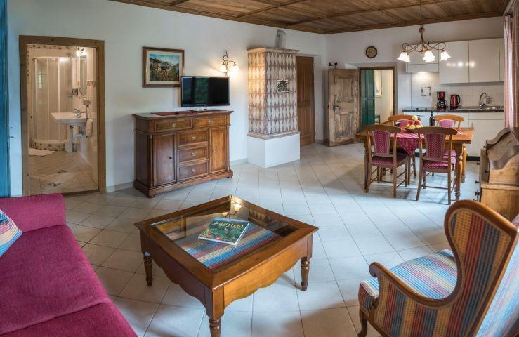 Wohn-Essraum mit Küche und antikem Kachelofen