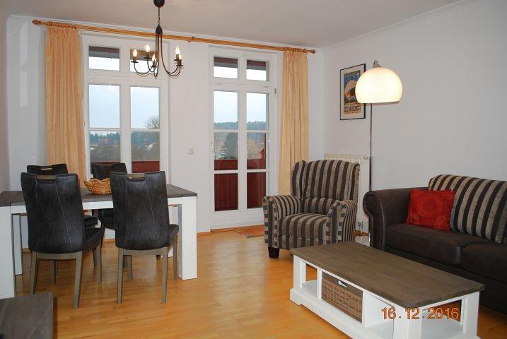 Blick in den Wohnraum und zum Balkon.