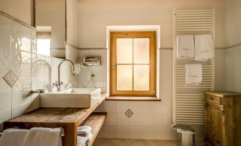 das originelle Badezimmer mit Waschtisch