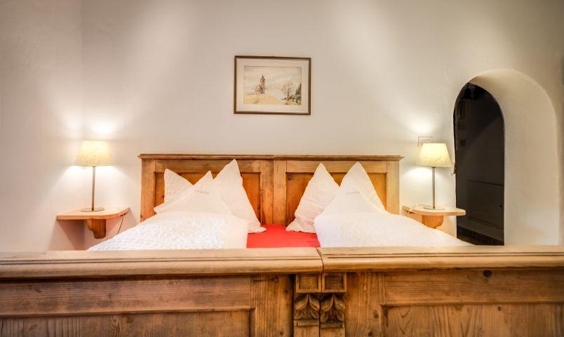 Schlafzimmer mit originalen Bauernmöbeln