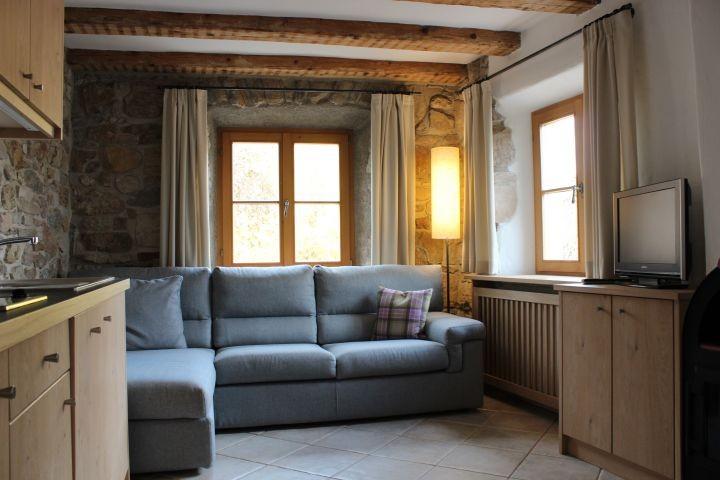Wohn-Essraum mit Küche und Kamin