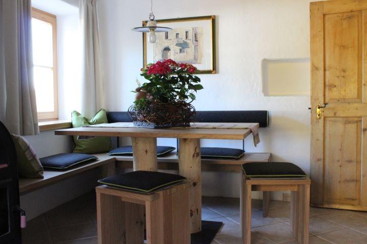 gemütliche Sitzecke mit südtiroler Lodenstoff im Wohn-Essraum mit Küche