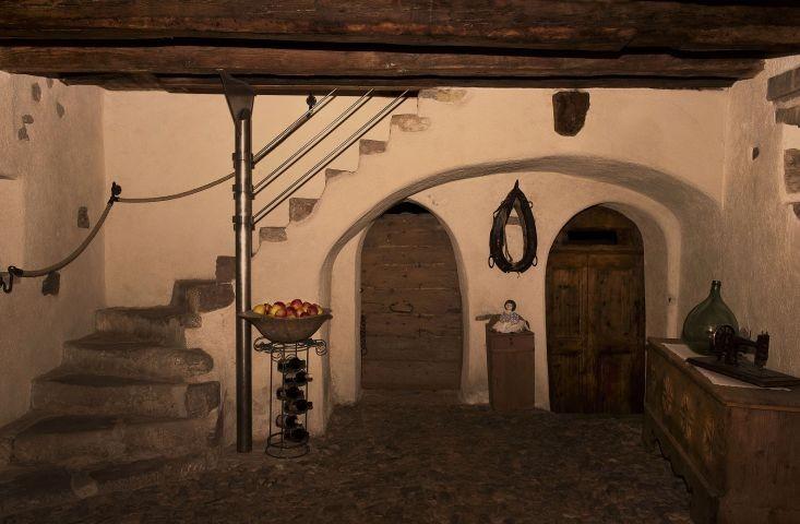 der historische Eingangsbereich aus dem 14. Jh mit Kopfsteinpflaster