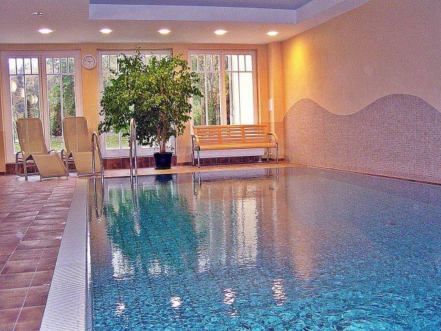 Hauseigenes Schwimmbad im Wellnessbereich (gratis) mit Duschen und Umkleiden.