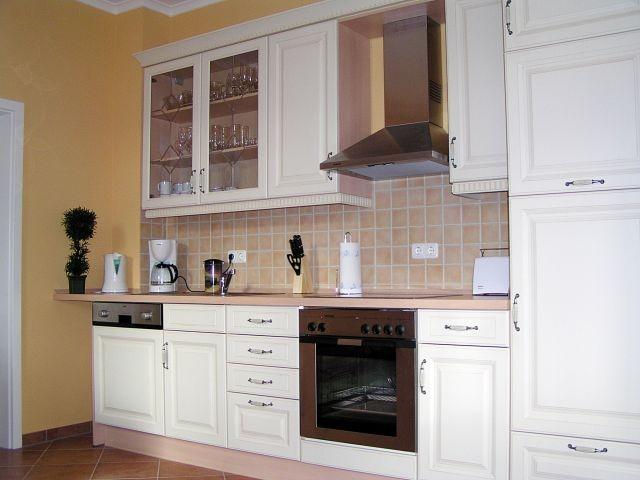 Hochwertige und komplett ausgestattete Küche im Landhausstil (Geschirrspüler, Kaffeevollautomat, etc.)