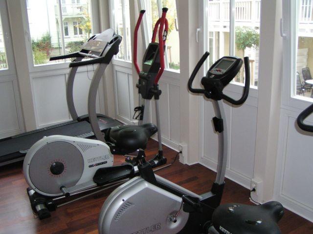 Blick in den gut ausgestatteten Fitnessbereich des Dünenschlosses (gratis)