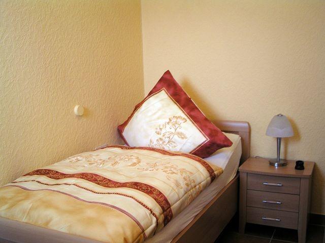 Das zweite Schlafzimmer mit Fenster und zwei separaten Einzelbetten