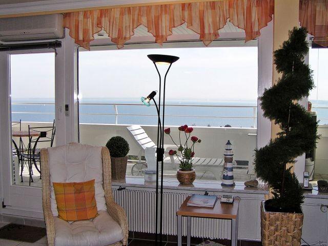 Noch ein Blick auf das komfortable Wohnzimmer mit Panorama-Ostseeblick