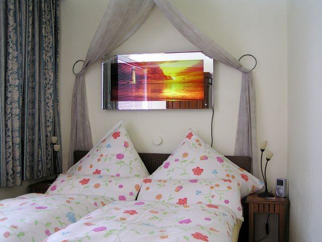 Romantisches Schlafzimmer mit Betthimmel, TV, DVD und Fenster