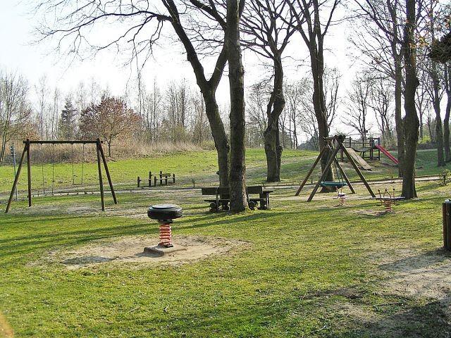 Hauseigener Kinderspielplatz mit diversen Spielgeräten