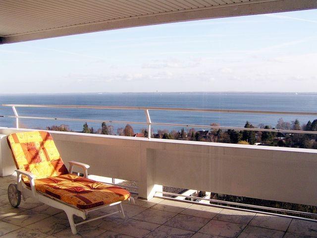Gut ausgestattete Penthouse-Terrasse mit Meerblick, Sonnenliege und Loungemöbeln