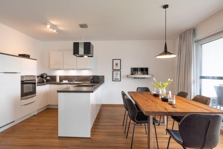 moderne Küche und Esszimmer mit angrenzendem Balkon