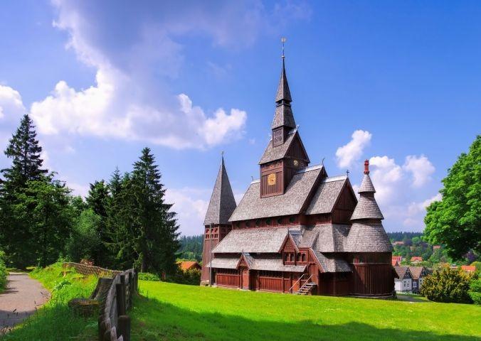 Stabkirche aus Holz, 200 m entfernt.