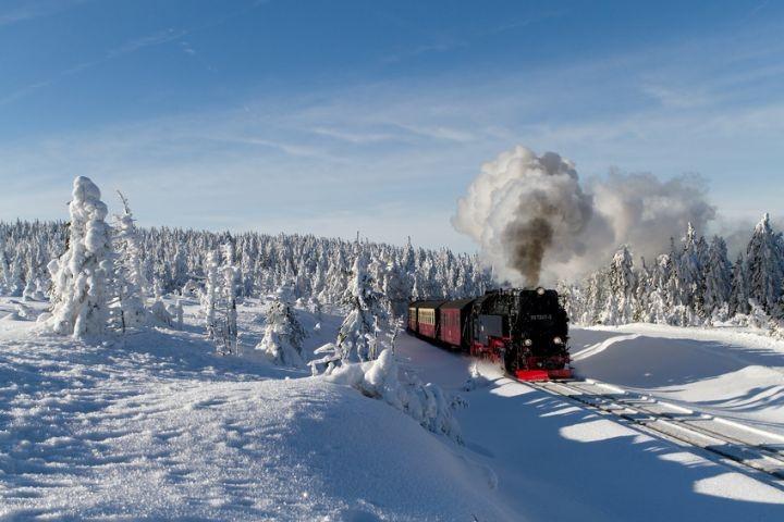 Der Harz im Winer mit der Brockenbahn.