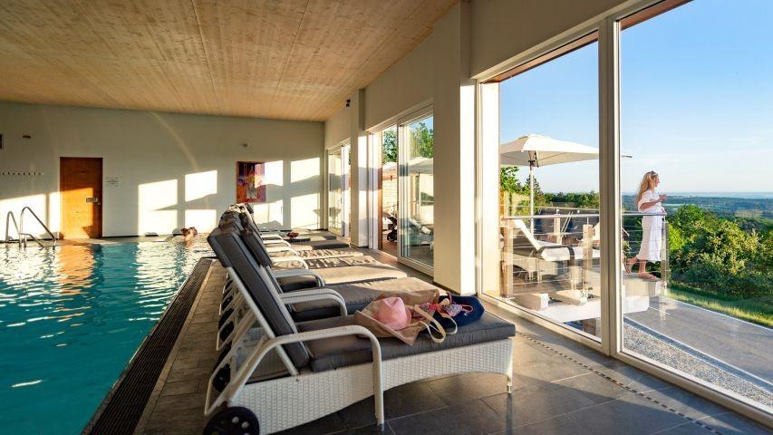 Schwimmbad im Wellnesshotel in Bayern