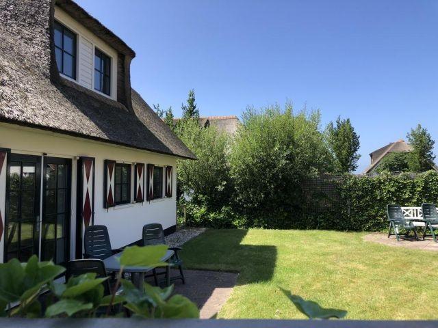 Garten mit Zaun und Terrasse