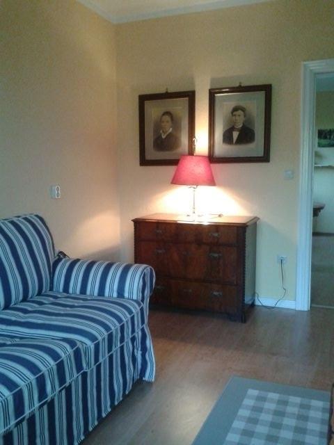 Die Wohnung ist zum Teil mit Antiquitäten ausgestattet.