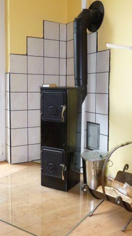 Der gemütliche Bollerofen schafft in der Küche wohlige Wärme.