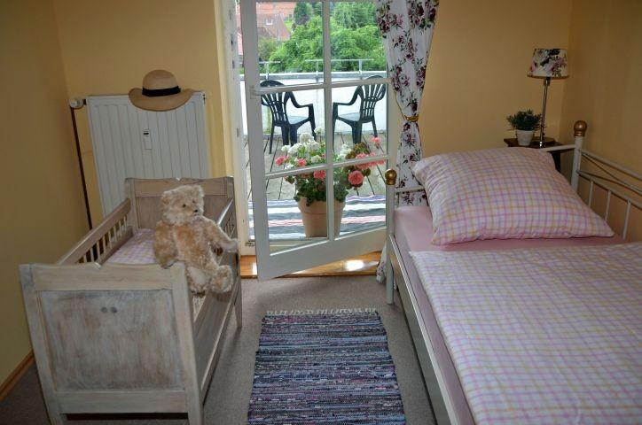 Unser antikes Babybett ist frisch restauriert und sicherlich über hundert Jahre alt.