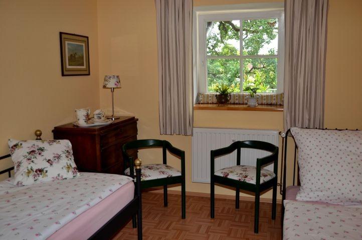Gemütliche Aussicht in einen uralten Birnbaum bietet das Löwenzimmer.