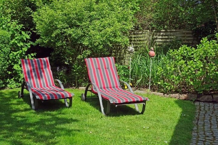 Zwei Liegen laden zum Sonnenbaden ein