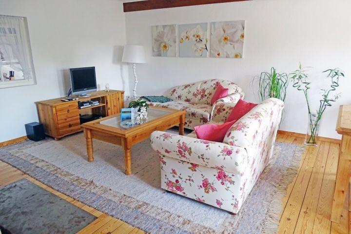Eine gemütliche Couchgarnitur lädt zum verweilen ein