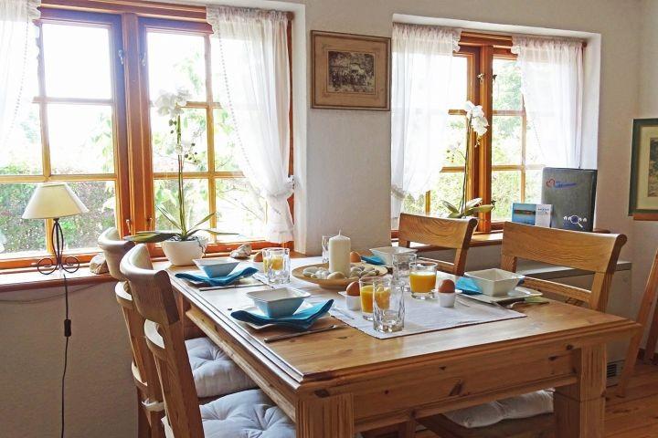 Der große Esstisch mit Blick ins Grüne