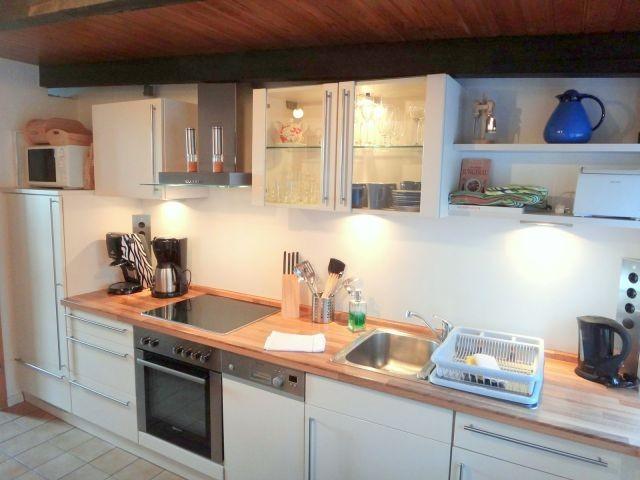 Eine Küche mit diversen Geräten lädt zum Kochen von leckeren Speisen ein