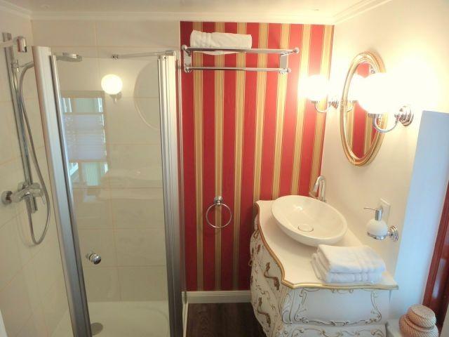 Badezimmer mit Dusch befindet sich EG