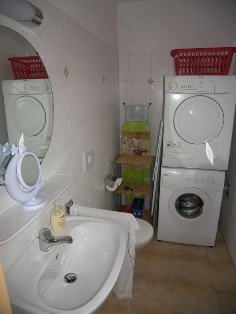 Gäste-WC mit Waschmaschine und Trockner